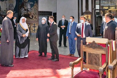 ??  ?? Sheikh Mohammed bin Abdul Karim Al-Issa, secretary-general of the Muslim World League, during his visit to Skopje Cathedral. SPA