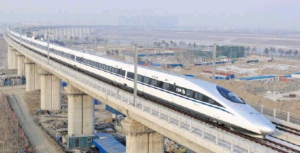 ?? JIAO HONG­TAO/ XIN­HUA/THE AS­SO­CI­ATED PRESS ?? Trav­el­ling on a newly opened high-speed rail line that is the world's long­est, this bul­let train pass­ing over the Yongdinghe Bridge in Bei­jing Wed­nes­day can travel 2,298 kilo­me­tres from China's cap­i­tal in the north to Guangzhou, an eco­nomic hub in the...