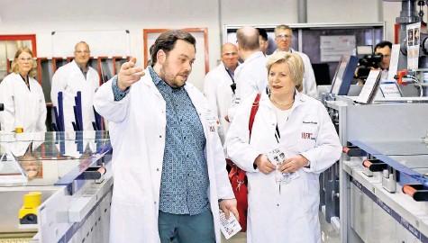 ?? FOTO: DITFURTH ?? Zielstrebig: Athanasios Kallinis zeigt Sozialministerium Cornelia Rundt die Anlagen der Firma Ilfa in Hannover.