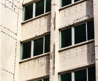 ?? PEDRO PORTAL pportal@miamiherald.com ?? An engineer's markings indicate where structural repairs are needed at the La Costa condominium building.