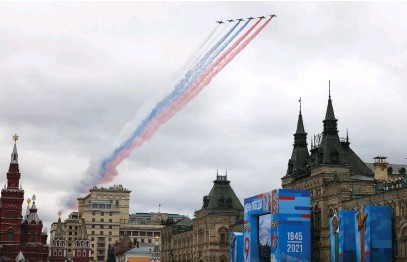 ?? Picture: AFP ?? TICKLED PINK. Russian Sukhoi Su-25 assault aircrafts release smoke in the colours of the Russian flag while flying over central Moscow during the Victory Day military parade yesterday, as Russia celebrates the 76th anniversary of the victory over Nazi Germany during World War II.