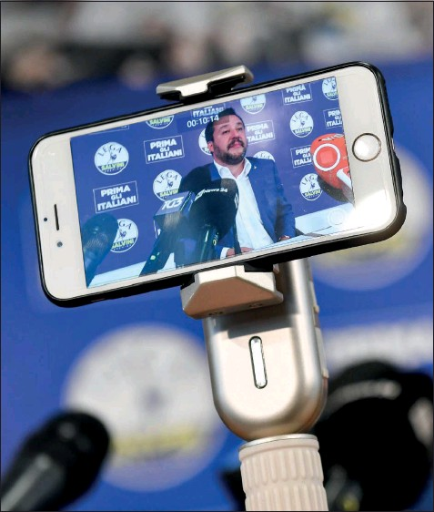 ??  ?? Matteo Salvini ripreso da uno smartphone (LaPresse)