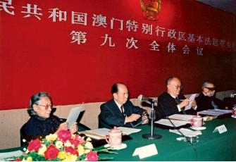 ??  ?? 澳门特别行政区基本法起草委员会副主任委员马万祺(左二)在基本法起草会议上