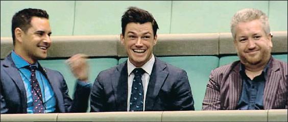 ?? PARLAMENTO AUSTRALIANO VIA SEVEN NEWS / AFP ?? Sorpresa. Un emocionado Ryan Bolger (en el centro) da el sí desde el estrado de invitados a la propuesta de matrimonio de Tim Wilson (abajo)