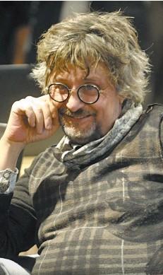 ?? (Fotogramma). ?? Lo scrittore Aldo Nove Sotto la copertina del suo nuovo libro dedicato a Franco Battiato (Sperling & Kupfer)