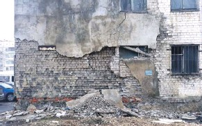 ??  ?? Многоквартирный дом № 38 на ул. Металлургов разваливается по кирпичикам.