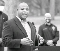 ?? Jason Janik/special Contributor ?? Dallas Mayor Eric Johnson has endorsed Yolanda Faye Williams for the District 5 council seat over incumbent Jaime Resendez and two other challengers.