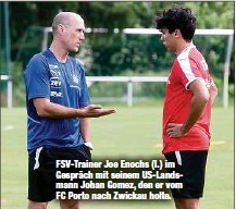 ??  ?? FSV-Trainer Joe Enochs (l.) im Gespräch mit seinem US-Landsmann Johan Gomez, den er vom FC Porto nach Zwickau holte.