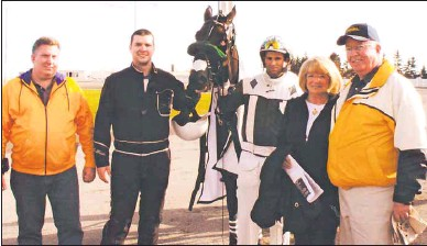 ?? PHOTO SPE­CIAL TO THE GUARDIAN BY GAIL MACDON­ALD, RED SHORES ?? Derek Bun­tain, far right, and his wife, Diane, pose with his horse, Mal­abrigo, in the Win­ner's Cir­cle at Red Shores Race­way in this Oc­to­ber 2012 photo. Also pic­tured are Angus Bun­tain, For­rest McWade and Mark Camp­bell.