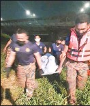 ??  ?? 經過近6個小時的搜救行動后,小死者的遺體相繼被打撈上岸。