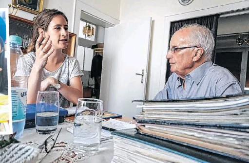 ??  ?? Swp-volontärin Katrin Stahl interviewte den 90-jährigen Erich Pohl aus Saarlouis zur Städtepartnerschaft mit Eisenhüttenstadt.