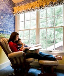 ?? BY LEN SPODEN FOR THE WASHINGTON POST ?? Elizabeth Fitzsimmons and son Adam, 3, read a book in their favorite spot.