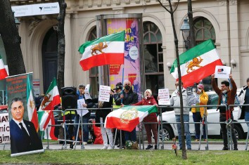 ?? (Leonhard Foeger/Reuters) ?? AN IRANIAN opposition group protests outside the hotel of the meeting of the JCPOA Joint Commission in Vienna yesterday.