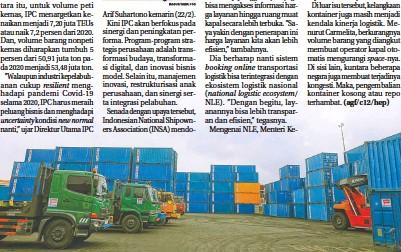?? PUGUH SUJIATMIKO/JAWA POS ?? KOMPETITIF: Aktivitas logistik area Indonesia Timur di sekitar tumpukan kontainer di Surabaya pekan lalu.