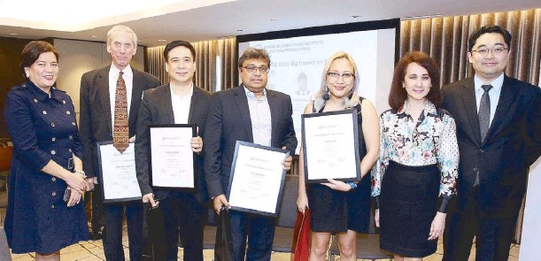 ??  ?? (From left) Financial Executives Institute of the Philippines (FINEX) president and Punongbayan & Araullo chairman and CEO Marivic Españo, event moderator Omnipay, Inc. compliance consultant Stephen Cutler, Accenture, Inc. managing director and digital...
