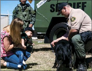 ?? VINCENT OSUNA PHOTO ?? Carter interacts with a K-9 unit on Friday morning at the ICSO facility in El Centro.