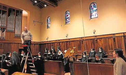 ?? NEUMZ ?? 0 John Anderson coloca los micrófonos en el techo del coro de las benedictinas de Jouques.