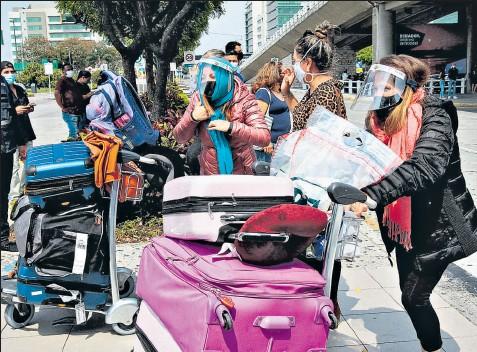 ?? Mario faustos / el comercio ?? • En Guayaquil, los pasajeros llegaron ayer en vuelos internacionales con máscaras faciales para evitar contagios.