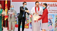 ??  ?? Miss Se­sandi Onethra of Devi Ba­lika Vidyalaya Colombo re­ceives her prize for par­tic­i­pat­ing at the art com­pe­ti­tion from Prime Min­is­ter Mahinda Ra­japaksa while Hu Wei Act­ing Chi­nese Am­bas­sador to Sri Lanka and Jinith De Silva Pres­i­dent of Sri Lanka China So­ci­ety look on