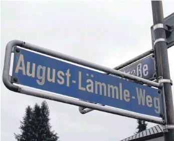 ?? FOTO: KATHARINA HÖCKER ?? Nach August Lämmle sind in Baden-Württemberg etliche Straßen benannt, so auch in Tuttlingen in der Nordstadt. Doch: Der schwäbische Mundartdichter und Autor zahlreicher Bücher war auch tief in den Nationalsozialismus verstrickt – er huldigte etwa mehrmals öffentlich Hitler.