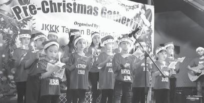 ??  ?? SELAMAT HARI KRISMAS: Raban koir JKKK GP Boulder Built ti nyadaka lagu Krismas, malam nya.