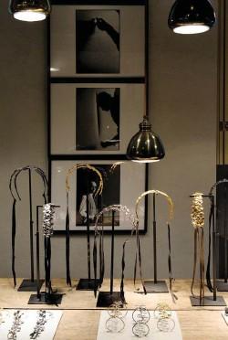 ??  ?? Sopra, alcune creazioni esposte nell'atelier in via Santa Marta 13, a Milano. Gioielli ma non solo: Osanna firma anche pezzi di design per la casa.