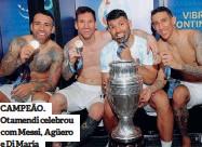 ??  ?? CAMPEÃO. Otamendi celebrou com Messi, Agüero e Di María