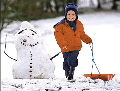 ?? Picture: Martin Shields ?? WHITE DELIGHT: The snow at Strathclyde Country Park thrilled four-year-old Ross Ferguson from Motherwell.