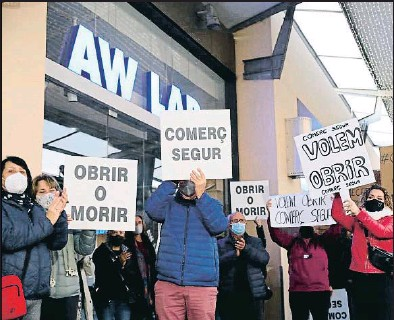 ?? EP ?? Unes 200 persones van protestar ahir contra el tancament al centre de La Maquinista