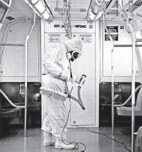 ?? Zanone Fraissat/folhapress ?? Funcionário da limpeza do metrô passa antiviral em um dos trens na linha 3-vermelha