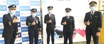 ?? - Bernama photo ?? Nur Waie (second left) and the other four Malaysia Airlines pilots who flew the Sinovac vaccine from Beijing to Malaysia yesterday.