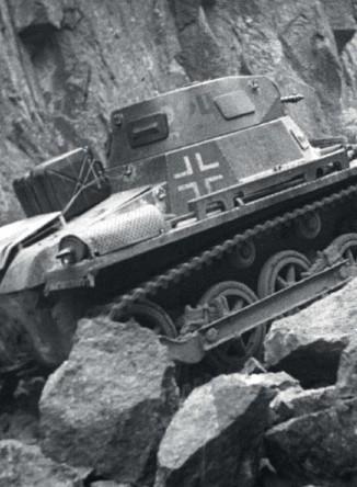 ?? Foto: Kampf um Norwegen ?? Panzer I kjemper seg gjennom en steinsperring.