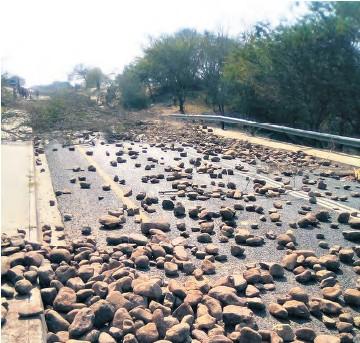 ??  ?? uMhlabuyalingana residents blockaded the road with stones, rocks and logs