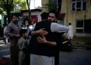 ?? Bild: Rahmat GUL/TT/AP ?? Två män kramar om varandra efter böner i samband med id al-fitr utanför en moské i Kabul i söndags.