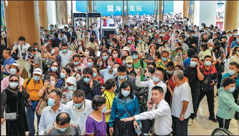 ?? LUO YUNFEI / CHINA NEWS SERVICE ?? Customers visit Sanya Hailyu Duty-Free City on its opening day in Sanya, Hainan province, on Dec 30 last year. Three duty-free shopping centers in Sanya opened on that day.