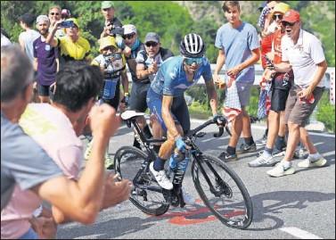 ??  ?? Alejandro Valverde, durante la ascensión a Beixalis, en la que Sepp Kuss le privó de ganar en Andorra.