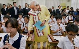 ?? — PTI ?? Prime Min­is­ter Naren­dra Modi vis­its a class­room at Taimei el­e­men­tary school in Tokyo on Mon­day.