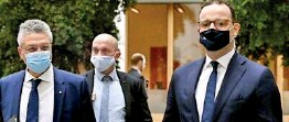 ??  ?? Ger­man Health Min­is­ter Jens Spahn (R) and the pres­i­dent of the Ger­many's Robert Koch In­sti­tute (RKI) Lothar Wieler (L) wear face masks as they ar­rive for a press con­fer­ence on Oc­to­ber 8, 2020 in Berlin (AFP)