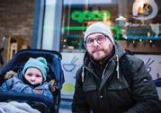 ??  ?? Emil Lindgren, med Oliver, 1 år och 8 månader: – Nästan allt. Vi har tagit bort det mesta utom lite lampor. Det sitter några stjärnor kvar. Det blir så mörkt annars. Och Oliver tycker det är så roligt med lampor och stjärnor.