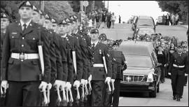 ?? PHOTO PC ?? √ Le cortège funèbre défilant sur la rue principale.