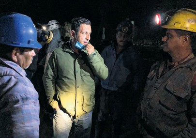 ?? DAVID AGREN ?? ▼ Rivera speaks to workers at his coal mine in Coahuila