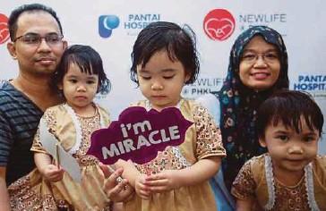 ??  ?? MAHADI (kiri) dan Shahrimi bersama anak kembar tiga mereka.