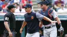 ?? RON SCHWANE/THE ASSOCIATED PRESS ?? Detroit manager Brad Ausmus, centre, and catcher James McCann argue with umpire Quinn Wolcott, who was struck by a pitch later in the game.