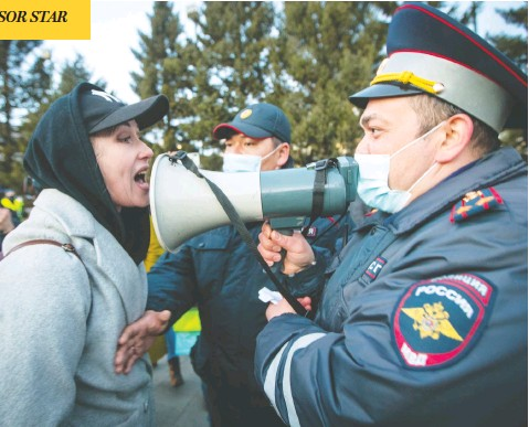 ?? ANNA OGORODNIK / THE ASSOCIATED PRESS ?? A woman argues with police officer during a protest in support of jailed opposition leader Alexei Navalny in Ulan-ude, Russia, on Wednesday.