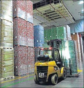 ?? XAVI JÚRIO / ARCHIVO ?? Imagen de una fábrica de almacenamiento de bebidas