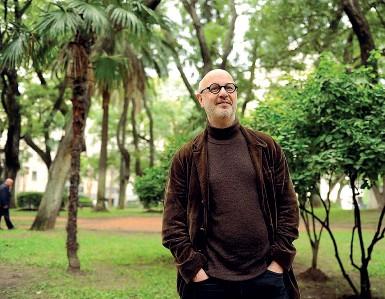 ??  ?? Rodrigo Fresán è nato a Buenos Aires nel 1963, da vent'anni vive a Barcellona Vincitore del prestigioso premio alla carriera «Prix Caillois», è stato tradotto in più di 15 lingue