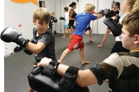 """??  ?? MATAR PÅ. Benjamin Lind började i thaiboxningen efter sommaren. """"Det är skönt att ta ut sig"""", tycker han."""
