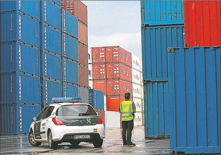 ??  ?? Un agente de la Guardia Civil, en la terminal de contenedores del puerto de Barcelona por donde entra parte de la mercancía que acaba luego en la venta ambulante