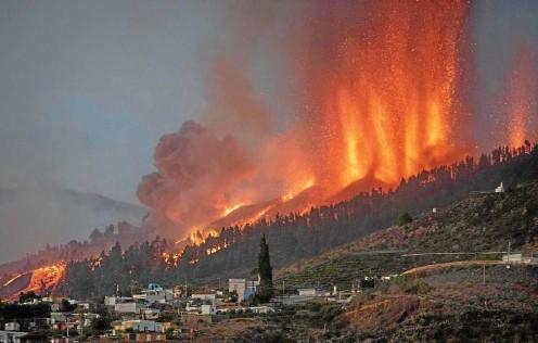 ?? FOTO: DESIREE MARTIN / AFP ?? Schaurig-schön: Nach dem Vulkanausbruch auf La Palma schießen Feuerfontänen Hunderte Meter in den Himmel. Die um die 1000 Grad heiße Lava wälzt sich seit Sonntag bergab in Richtung der Westküste der Insel.