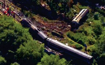 ??  ?? Crash: An overhead shot shows one carriage slipped down an embankment